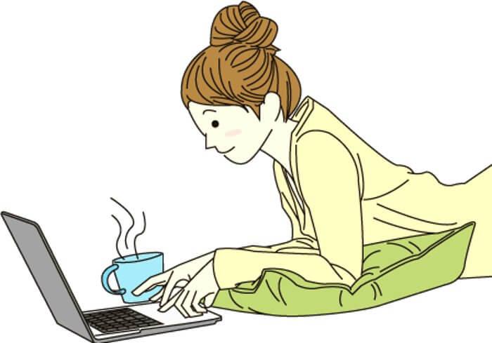 ネットで申込をしている女性