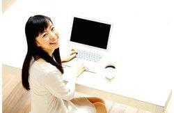 パソコンを利用している可愛い女性の実写画像です。