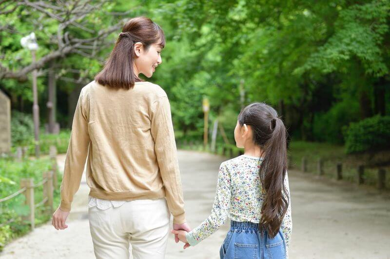 親と子が手を繋いでる