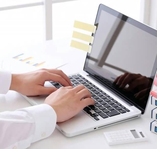 パソコンを使う会社員