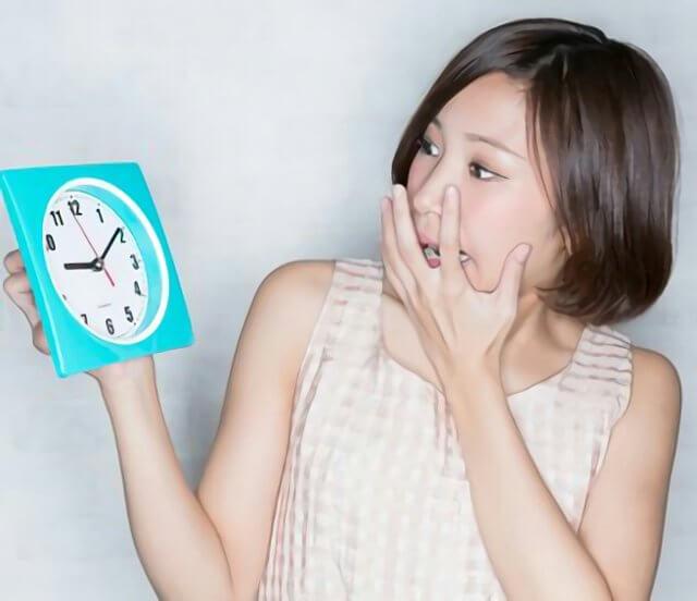 時計を見てる女性