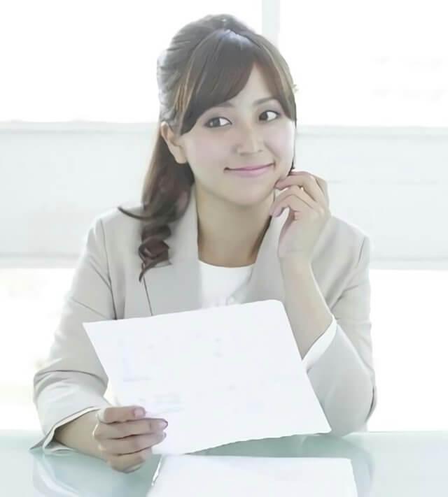 書類を見て考える女性