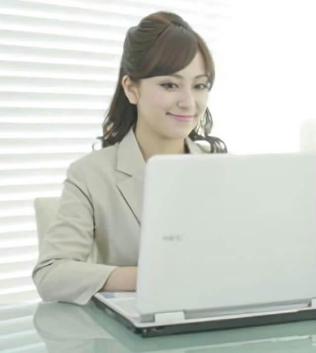 パソコンを利用してる女性